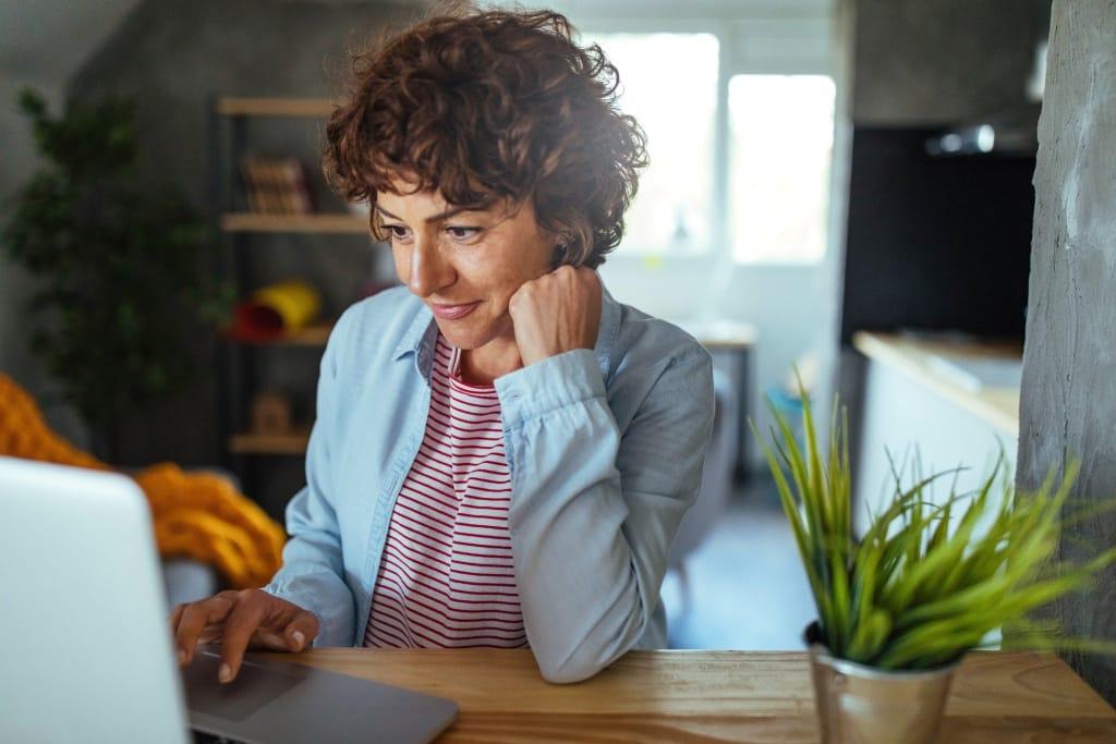 Vrouw achter laptop bezig met Pensioenplanning
